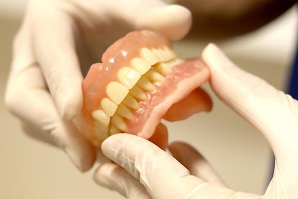 完成までに2~3個入れ歯を作って調整します